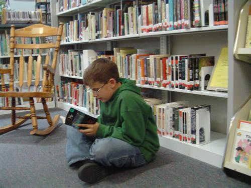 Student in the library reading